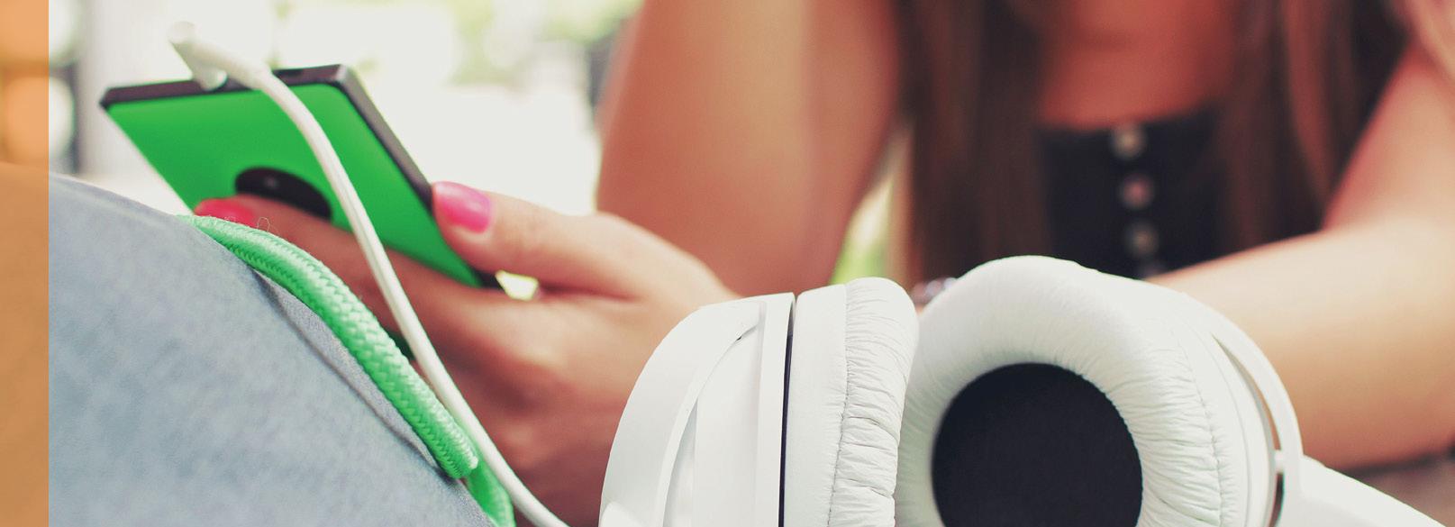 Vrouw met smartphone en koptelefoon